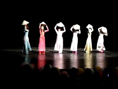 Vietnamese conical hat dance - Culture Show 2011 Cornell College