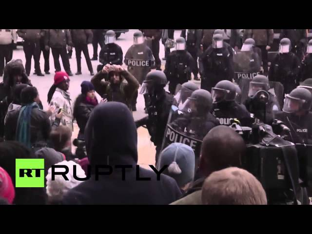La Policía detiene a manifestantes durante un intento de asalto a la Alcaldía de San Luis