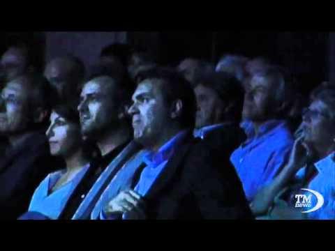 Sabina Guzzanti in scena a Napoli, De Magistris in prima fila