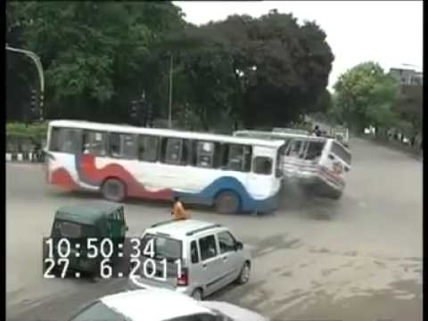 tabrakan mengerikan terekam kamera CCTV