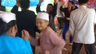 Các bà già vừa uống rượu vừa nhảy ở đám cưới Mường Hòa Bình