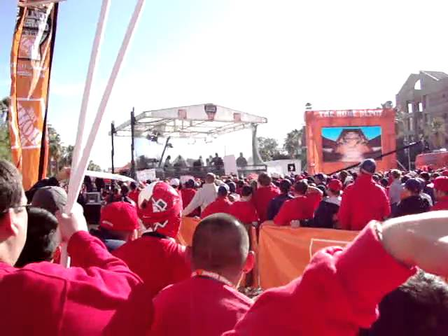Chris Fowler addresses the crowd in Tucson, AZ on the ESPN College Gameday set 11-21-09