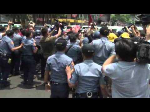 Raw: Anti-Obama Activists Fight Manila Police
