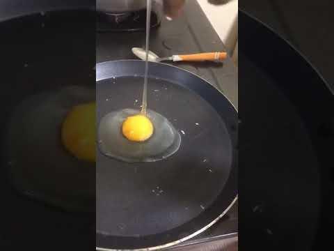 انتبهو البيض البلاستيك  البوليس الصيني تم مداهمة مصانع تعمل بيض صناعي  وصل السعودية ويباع في  السوبر thumbnail