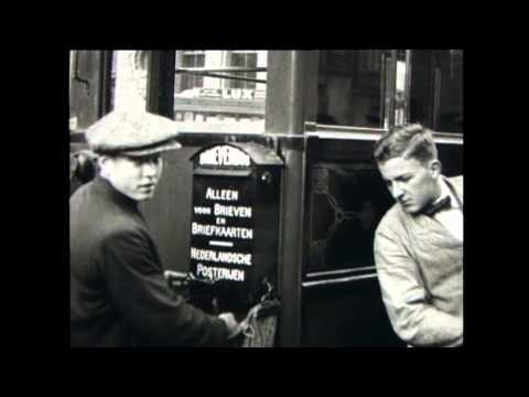1922: Brievenbussen aan de trams in Amsterdam, met Nieuwezijds Voorburgwal, Stationsplein
