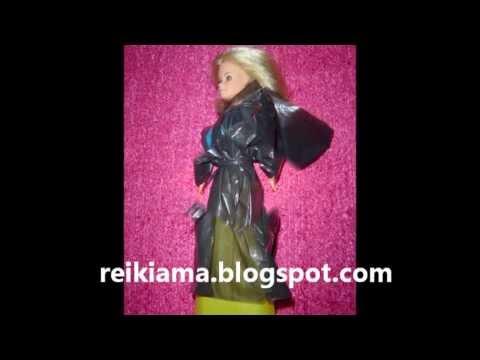 Capa preta para Barbie com plástico reciclado e fita adesiva reikiama.blogspot.