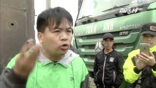 (VTC14)_Hà Nội: Đoàn xe quá tải chống đối, đòi đốt xe
