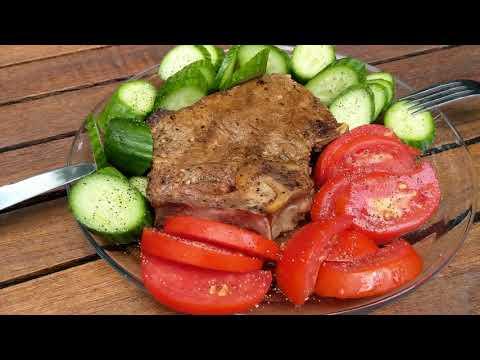 Обед на работе стейк с помидором и огурцом