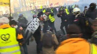 """""""Gilets jaunes"""" : affrontements entre manifestants et forces de l'ordre à Paris"""