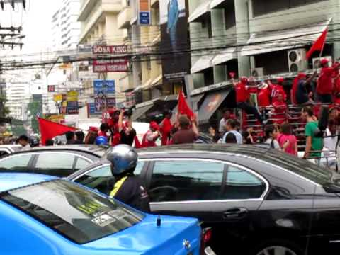 Red shirts March down Sukhumvit Road