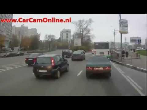Russische buschauffeur ramt iedereen die hem de pas afsnijdt