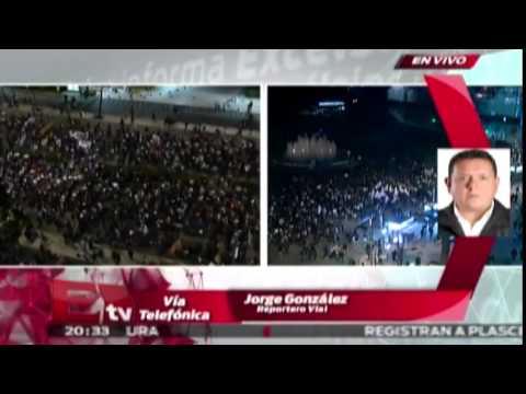 Manifestantes iluminan el Zócalo en apoyo a normalistas de Ayotzinapa / #UnaLuzPorAyotzinapa