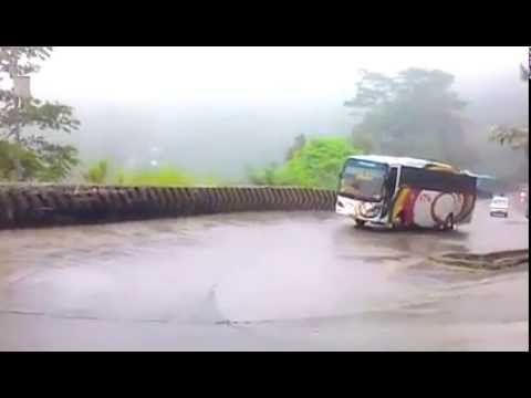 Aksi NPM Saat Hujan @Kelok Panorama - Sitinjau Lauik, Padang - GALERI BUS INDONESIA