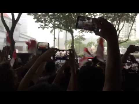 Crowds cheering 'Lee Kuan Yew' as coffin passes by Singapore's Supreme Court