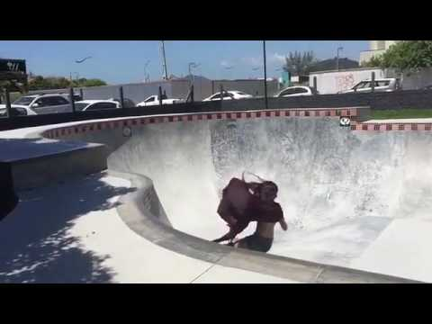 Skater girl in style! @yndiaraasp 📽 @ilhadecoras VIA @girlshredclips | Shralpin Skateboarding