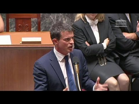 French PM Valls narrowly wins confidence vote