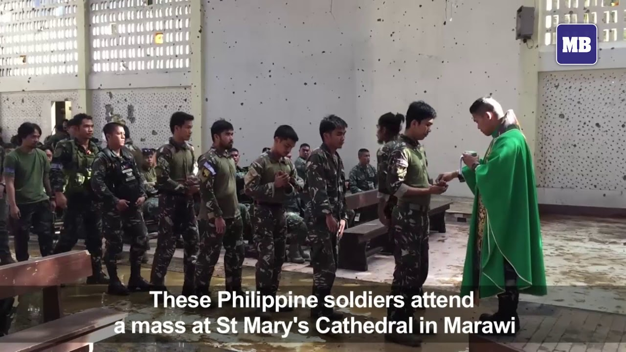 Filipino soldiers attend mass in Marawi
