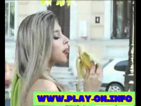 Camera de ras   Blonda si Banana