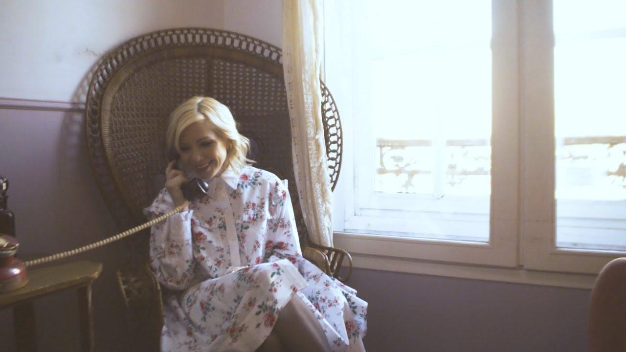 "Carly Rae Jepsen - 仏La Blogotheque「A Take Away Show」に登場 ""Let's Be Friends""のライブ・セッション映像を公開 thm Music info Clip"