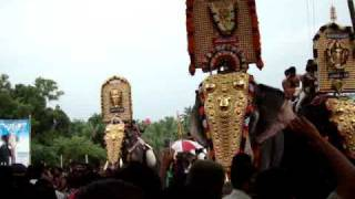 Mangalamkunnu Karnan Vs Pambadi Rajan Head lifting Competition at Kizhoor