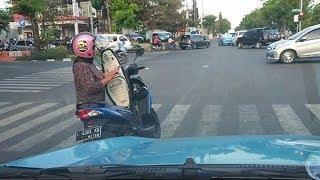 Viral, Ibu Ini Berhenti dan Mengecek Ponselnya di Jalan, Pengendara Lain Tak Berani Menegur