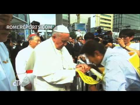 Francisco baja del papamóvil para saludar a los familiares de las víctimas del ferry Sewol