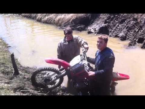 Dirt bike mudding and fail (Winching)