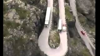Невероятный встречный разъезд грузовика и автобуса