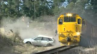"Train crashes into Car. Vehículo Atascado en vías del tren. ""Choque tren con auto"""