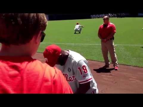 Phillies outfielder Tony Gwynn jr signing autographs!