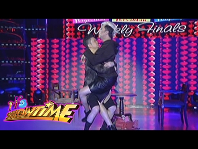 """It's Showtime: """"Amoy-pusod"""" dance by Vice and Vhong"""