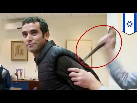 이스라엘의 TV 리포터, 칼로부터 보호해주는 조끼 입고 실험하다 칼에 찔려