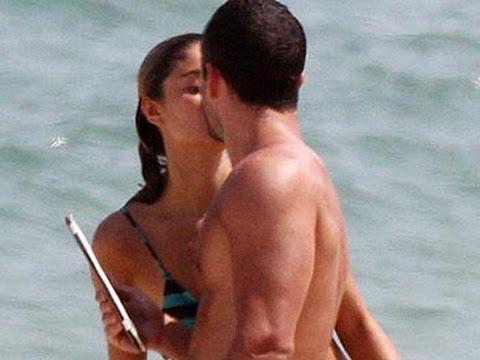 Malvino Salvador e Sophie Charlotte têm tarde de mar, sol e romance