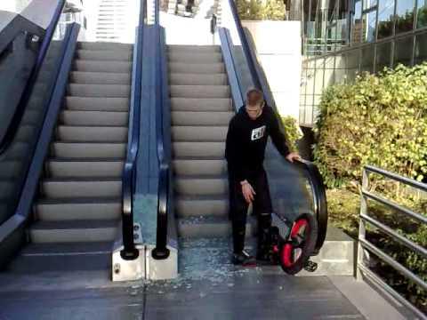 あらら・・・ 一輪車でエスカレーターの手摺りに飛び移るトリックに失敗する男性