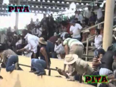 Toro de Memo Ocampo se brinca hacia el publico..