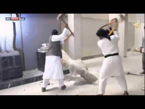 داعش يدمر الآثار في متحف الموصل