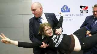 محتجة تهاجم رئيس البنك المركزى الأوروبى