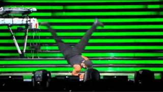 Beyonce Video - Hot men dancing at Beyonce's concert !