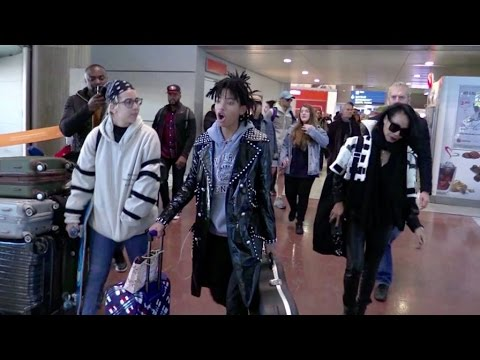 We spotted Willow Smith and her mother Jada Pinkett Smith arriving at the Charles de Gaulle airport in Paris Sunday 4, December 2016 - Paris, France More amazing celebrity videos : http://www.yout...