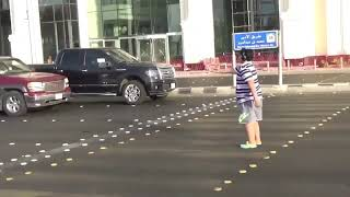 إيقاف شارع بجدة بسبب رقص شاب صغير