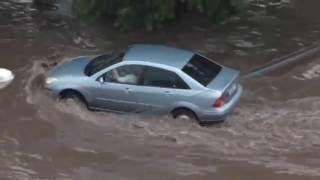 Ливень в Челябинске, дорогу затопило, водители и пешеходы в шоке