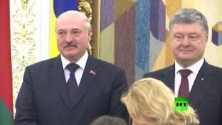 فتاة تتعرى أمام رئيسي أوكرانيا وبيلاروسيا