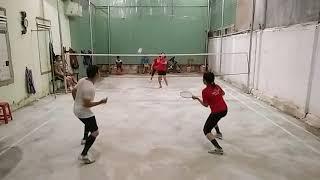 CẦU LÔNG VÙNG SÂU VÙNG XA 14 ba cầu thủ áo đỏ đánh với một cầu thủ áo trắng