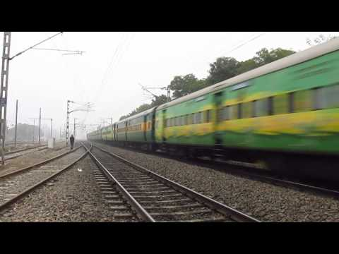 Wap-4e 10 Coach Bandra Yuva Express Faddying Asaoti Through Dense Fog!! video