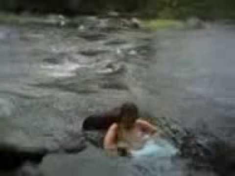 Ngitip janda kembang mandi di sungai