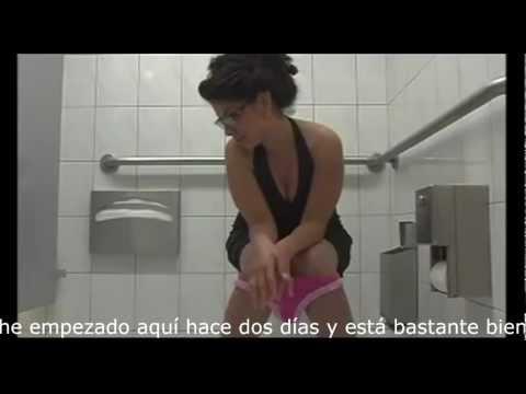 Confusión en el baño entre dos mujeres