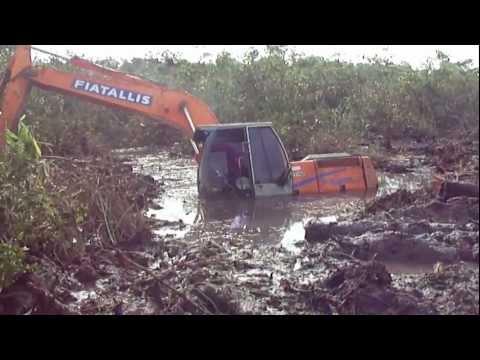 escavadeira atolada 1