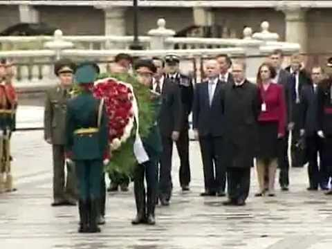 David Cameron visits Red Square (RT video)