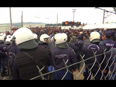 Hundreds of migrants protest at closed Greece-Macedonia border