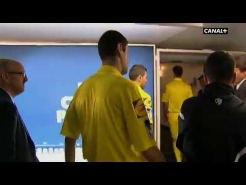 Leonardo bouscule M.Castro l'arbitre de Psg vs Valenciennes